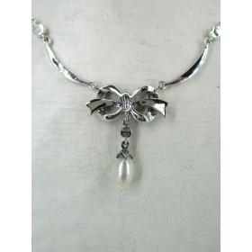 Pendentif Papillon Long avec Perle et Grenats